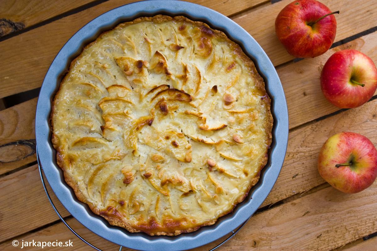 Krehký jablkový koláč so smotanou