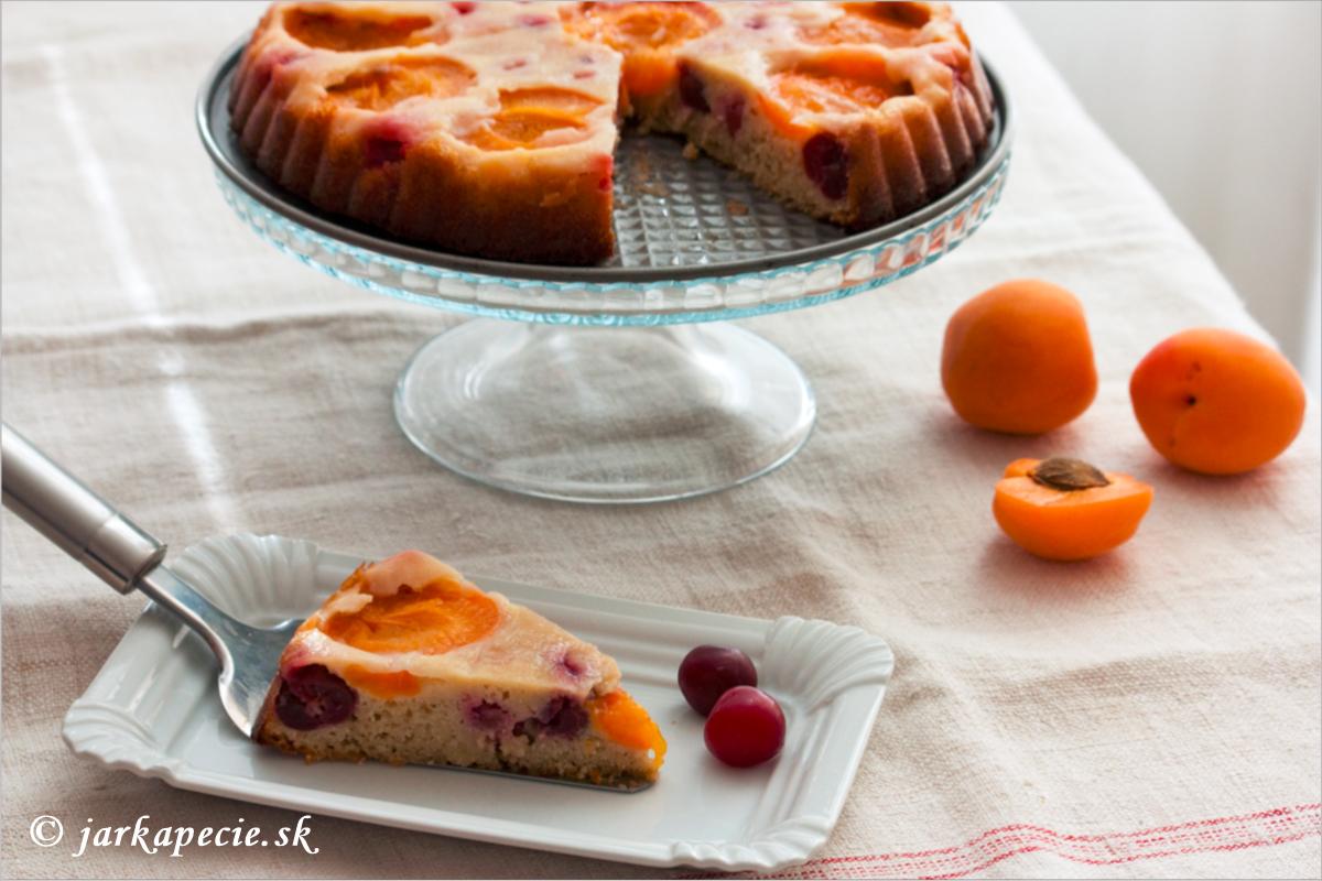 Marhuľovo-višňový obrátený koláč – bez lepku a laktózy