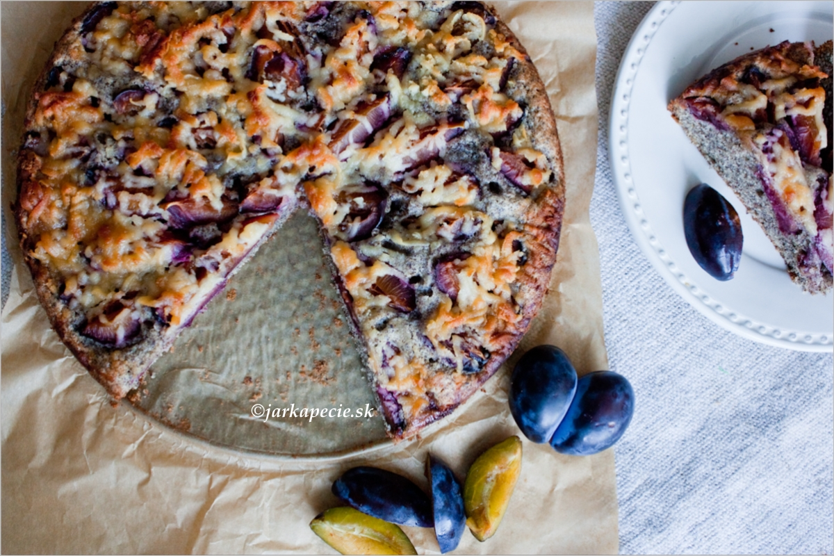 Makový slivkový koláč